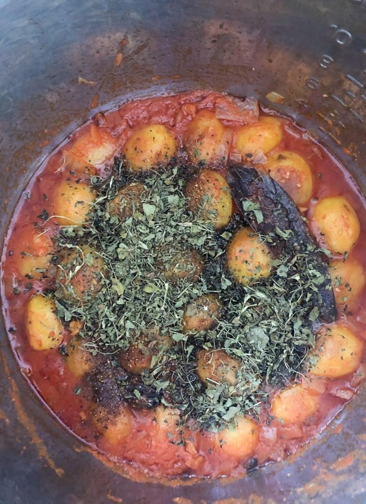 Adding roasted fenugreek leaves to dum aloo